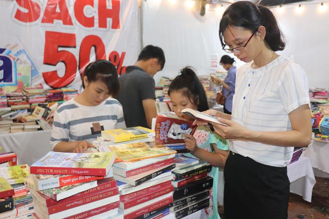 Nhiều chương trình khuyến mãi hấp dẫn tại phiên chợ sách lần II