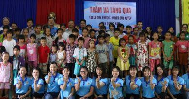 Trao quà cho học sinh có hoàn cảnh khó khăn tại Huyện Duy Xuyên