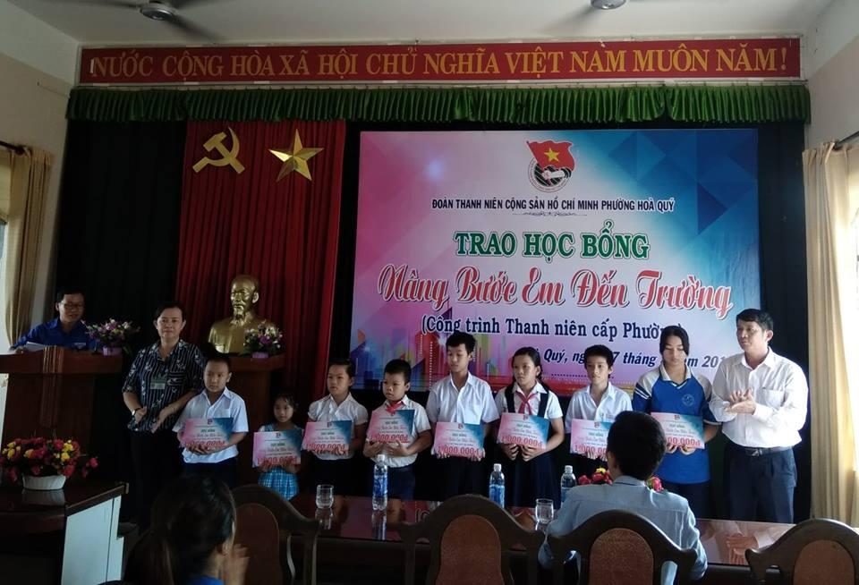 """Đoàn phường Hòa Quý đã tổ chức chương trình trao học bổng """"Nâng bước em đến trường"""""""