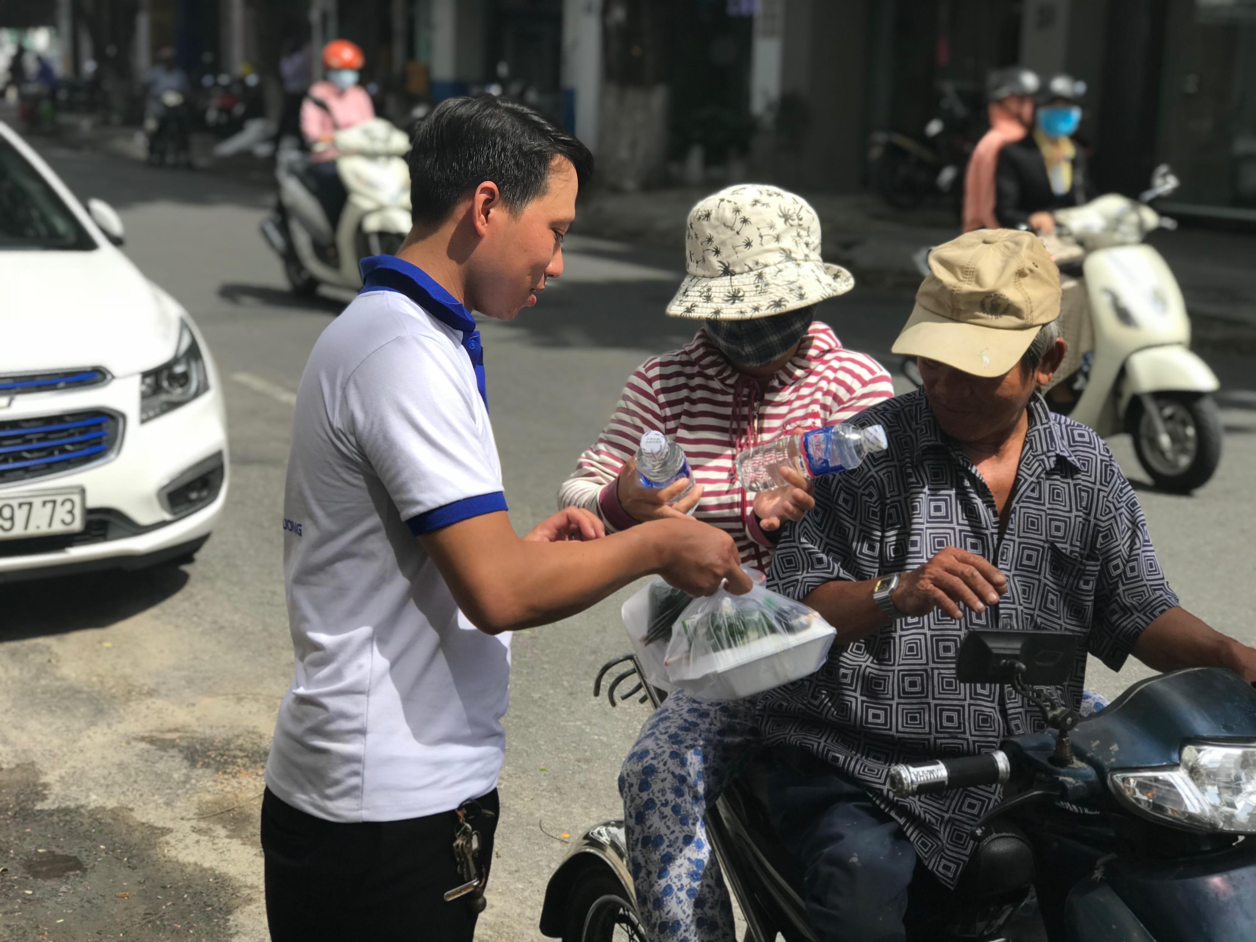 CLB Chia sẻ và Yêu Thương – Hội LHTN phường An Khê tổ chức phát cơm từ thiện.