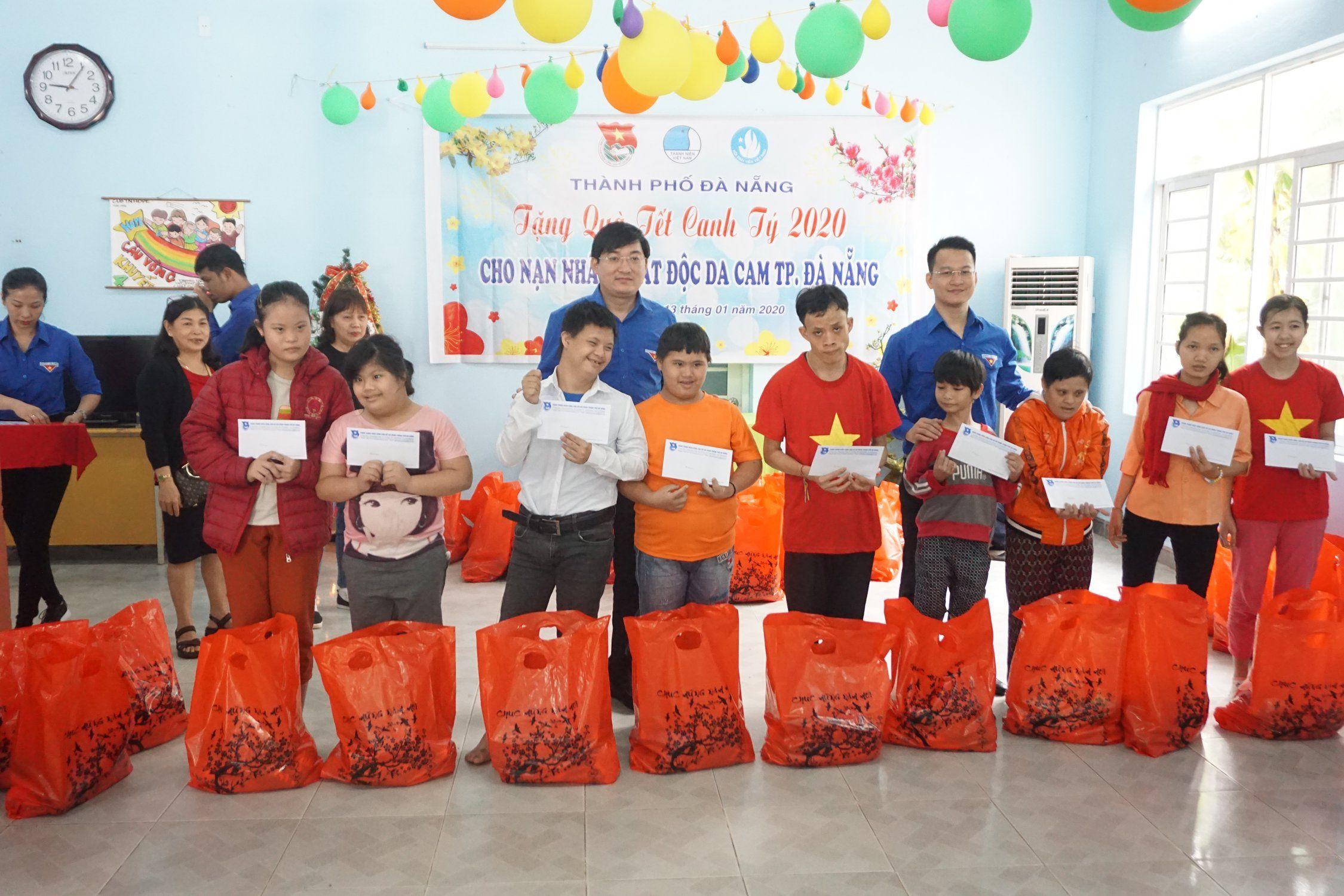 Tổ chức trao quà cho các nạn nhân chất độc da cam trên địa bàn thành phố Đà Nẵng