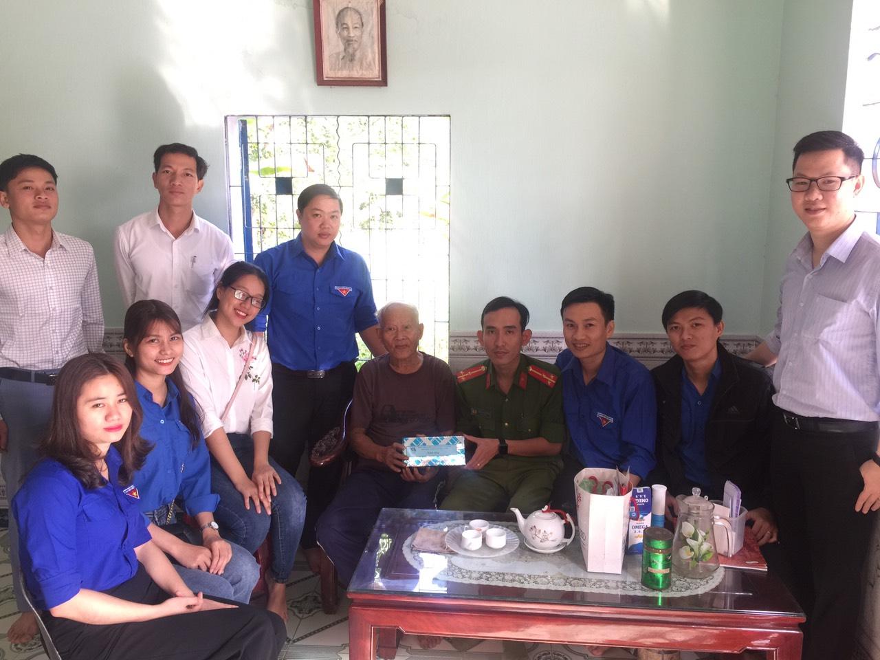 Huyện Đoàn thăm và tặng quà cho gia đình chính sách nhân kỷ niệm 90 năm Ngày thành lập Đảng Cộng sản Việt Nam !