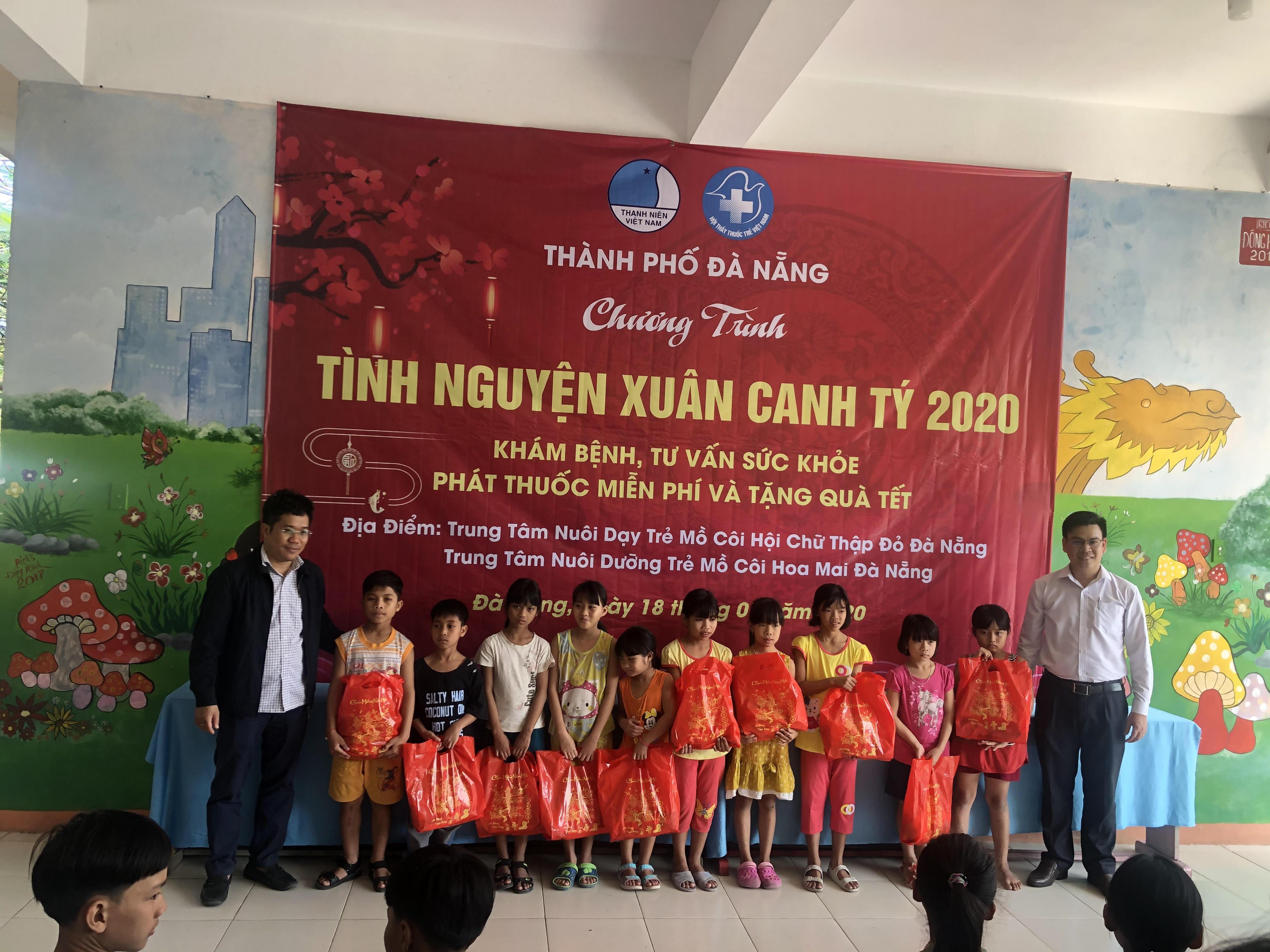 """Hội Thầy Thuốc trẻ Tp Đà Nẵng đã tổ chức chương trình """"Khám bệnh, tư vấn sức khỏe, phát thuốc miễn phí và tặng quà Tết cho trẻ em khuyết tật và mồ côi tại thành phố Đà Nẵng."""