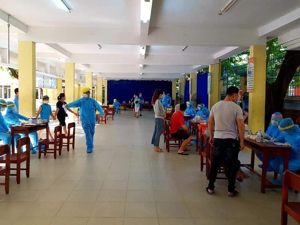 Đoàn thanh niên phường Hải Châu II hỗ trợ UBND phường xét nghiệm Covid_19