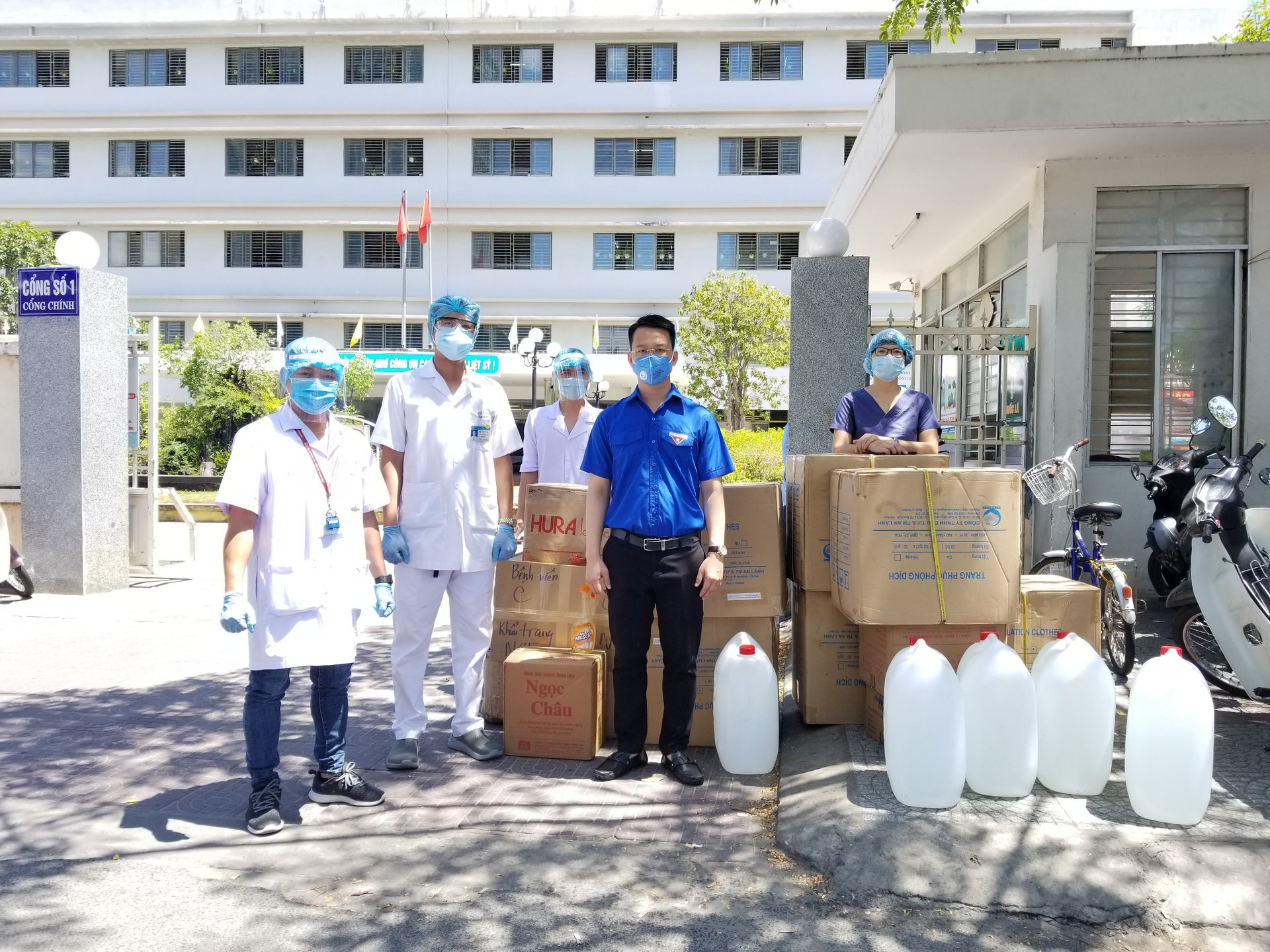 Thành Đoàn Đà Nẵng tiếp tục tiến hành trao tặng vật tư y tế và các nhu yếu phẩm cho các bệnh viện trên địa bàn thành phố